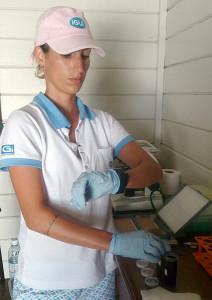 Daniela no cronômetro para imersão de lâminas