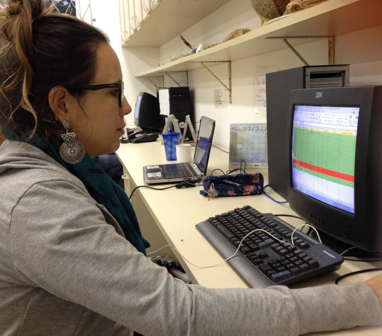 Estudante Jéssica Bandeira triando os dados de acústica de Sotalia guianensis, no Laboratório de Nectologia da Universidade da Região de Joinvillle (Univille). Fonte: Kamila Maieski