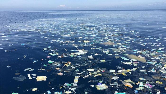 Resultado de imagem para lixo no mar