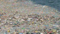 Lixo acumulado no mar