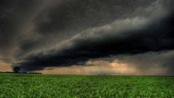 Nuvens negras com chuva