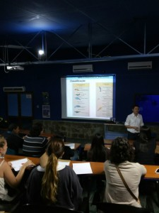 Prof Dr Camilo Lellis na palestra sobre aves e mamiferos marinhos