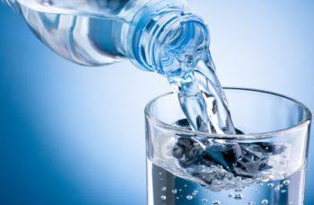 devemos beber 8 copos de água diariamente