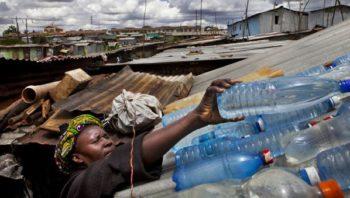 População carente limpando a água