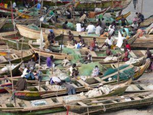 Pescadores aguardando para pescar