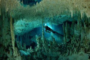 Mergulhador explorando a Sac actun