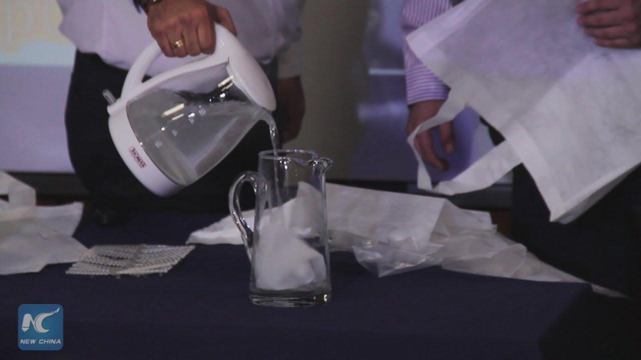 Pesquisadores demonstram-sacola-se desmanchando na água