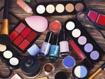 cosméticos com plastico